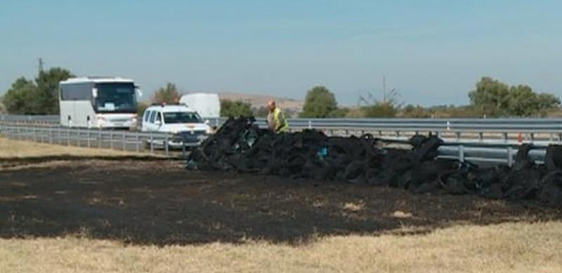 ТИР, превозващ гуми, се запали по време на движение на