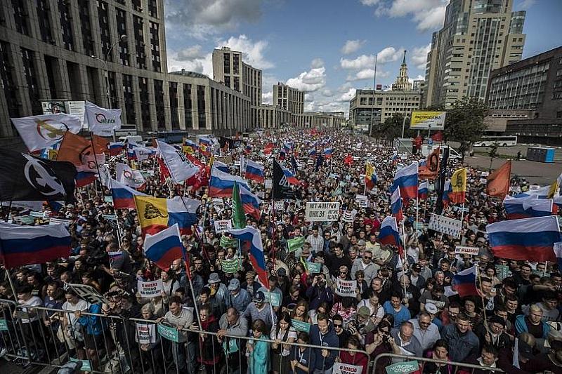Над 10 000 души, включително известни опозиционни политици, участваха в