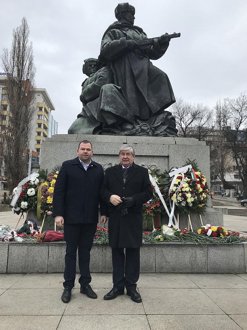"""Снимка: Социалистите от """"Лозенец"""" отбелязаха Деня на Защитника на отечеството с посланика на Русия"""