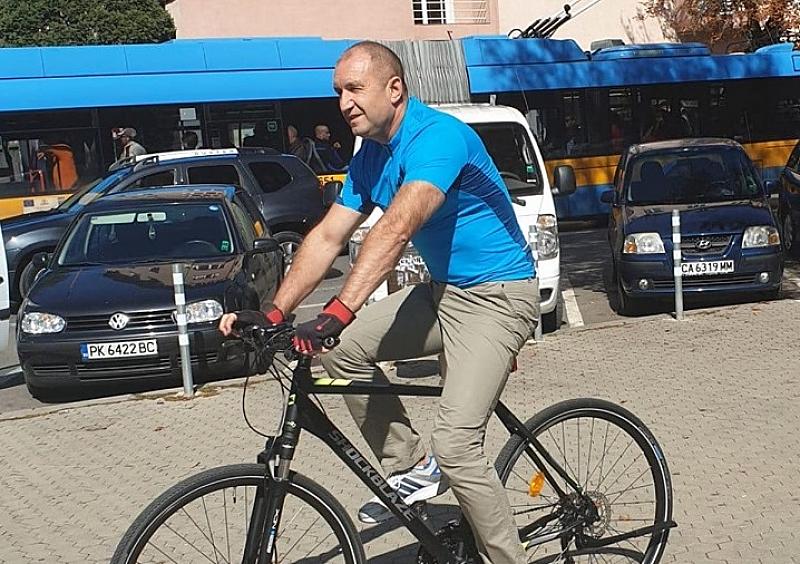 Президентът Румен Радев се появи днес на колело в центъра