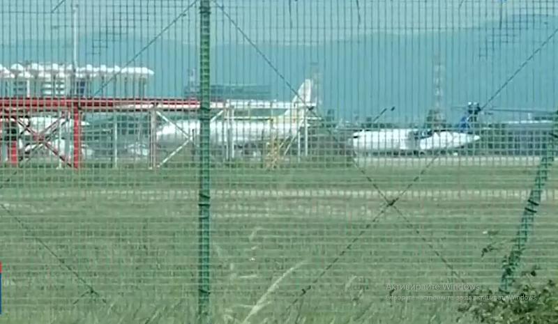 """Самолет """"Боинг"""" 737-800 на израелските авиолинии """"Ел Ал"""" е кацнал"""