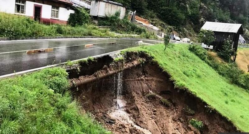 Пътят за село Боголин в община Сатовча се разцепи на