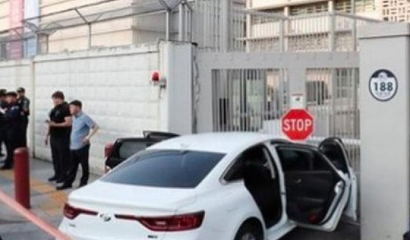 Автомобил, превозващ 28 газови бутилки за еднократна употреба, се вряза