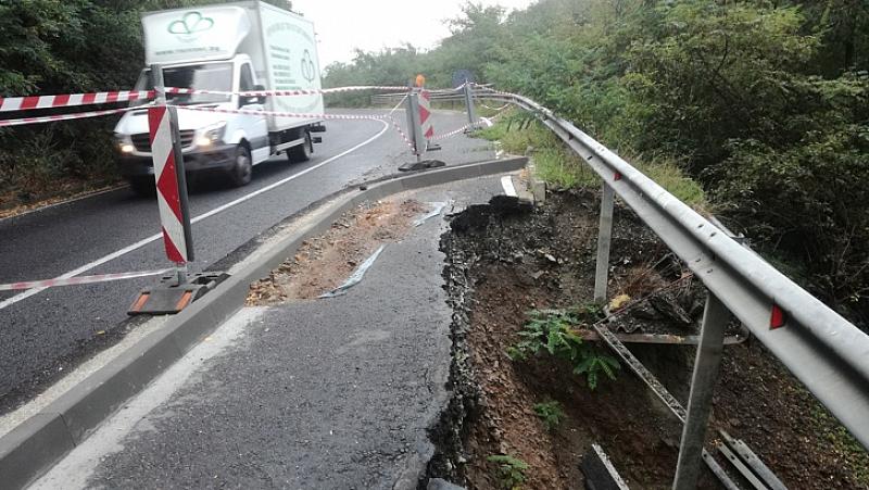 Пропаднал участък от пътя затруднява движението между Габрово и връх
