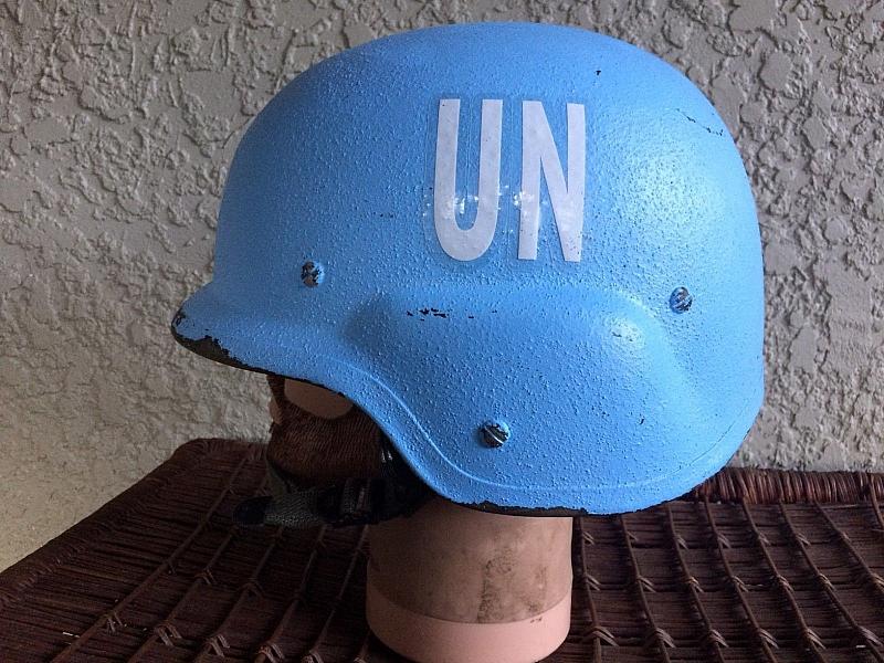 Синята каска, с която Красимир Каракачанов се появи на Коалиционния