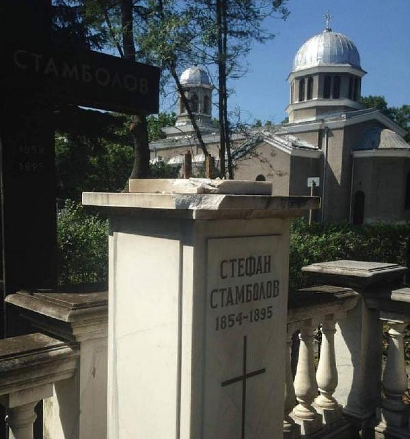Вандали са разбили паметника на Стефан Стамболов и са откраднали