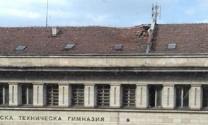 Снимка: Деца учат под срутен покрив в Софийската техническа гимназия