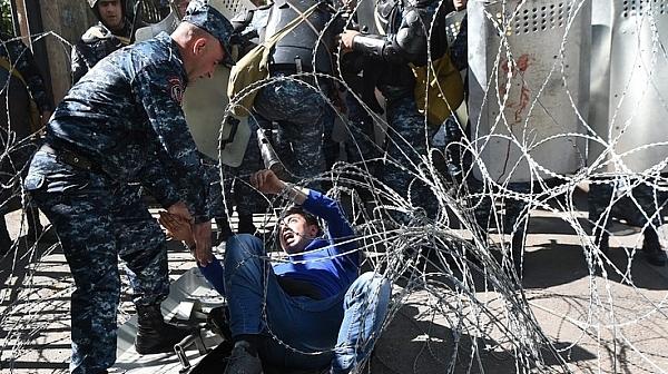Десетки са ранени при сблъсъци в Ереван