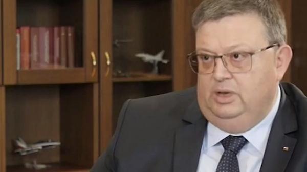 Цацаров не коментира нито шефа на КПКОНПИ, нито на ВКС, само Иванчева