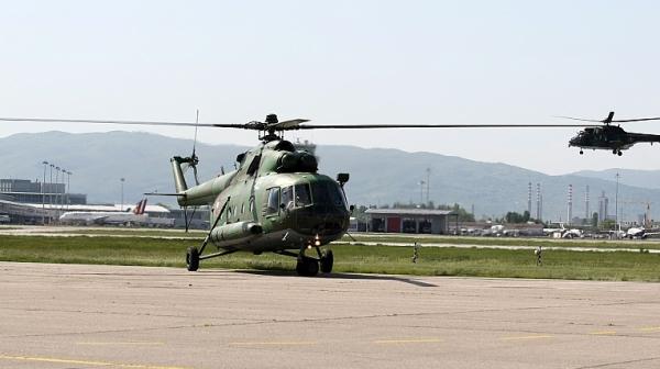 Военен хеликоптер падна в квартал на Истанбул, четирима загинаха