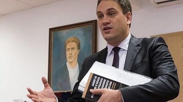Пламен Георгиев, досущ като Цецо, обяснава пред свинските медии как всичко е наред с апартаментите му