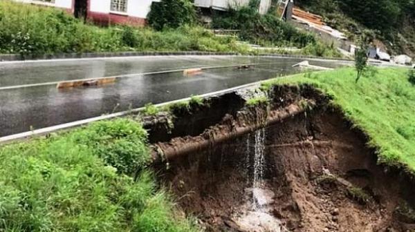 Пътят за село Боголин се разцепи след пороите