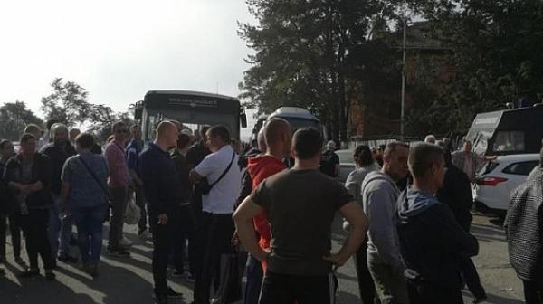 """Работници от """"Винпром Карнобат"""" блокираха жп линията Бургас - София"""