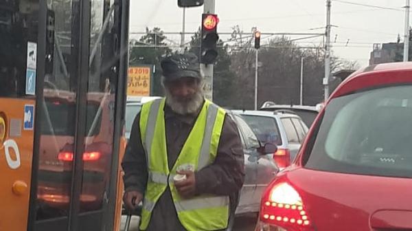 Фрогоко: Просещ мъж стресира шофьорите на натоварено кръстовище в София