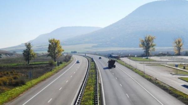 """Камион се обърна и блокира АМ """"Хемус"""" край Варна"""