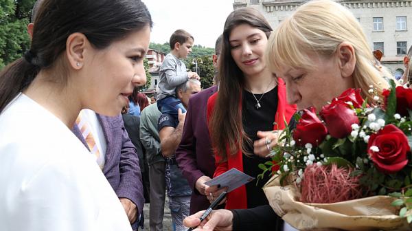 Елена Йончева: Словото дава светлина в нашия живот