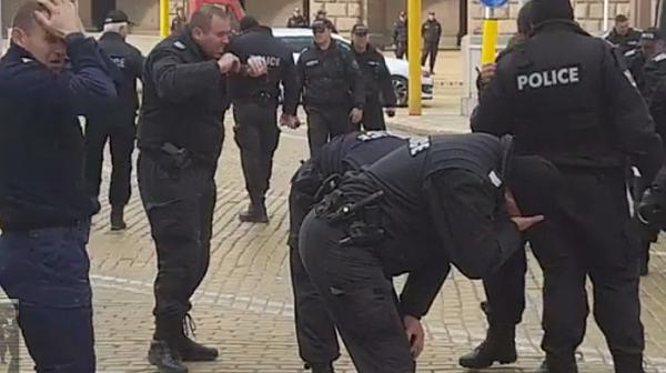 Гротеска! Вместо протестиращите полицаи се самозадушиха със сълзотворен газ