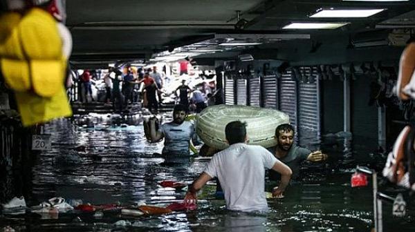 Буря удари Истанбул, 'Капалъ чарши' е под вода
