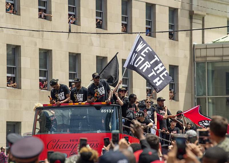 """Инцидент помрачи шампионския парад на """"Торонто Раптърс"""" по улиците на"""