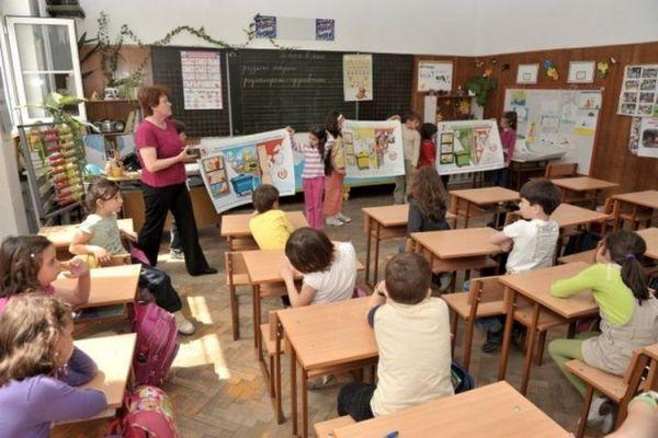 Учители от цялата страна се организират през социалната мрежа за