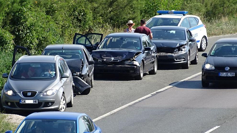 Верижна катастрофа между четири автомобила затрудни движението за над час