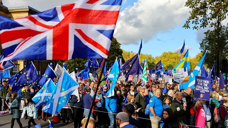 Хиляди протестират днес в Лондон срещу Брекзит, докато депутатите обсъждат