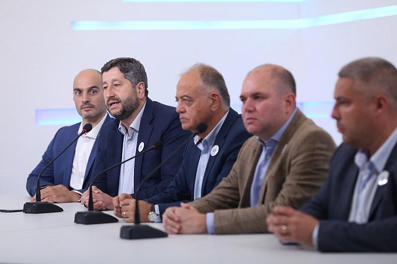 """""""Демократична България"""" решително се противопоставя на продължаващото отдаване на публичните"""