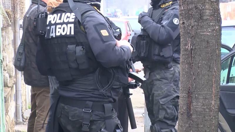 Двама полицаи са задържани като част от група за разпространение