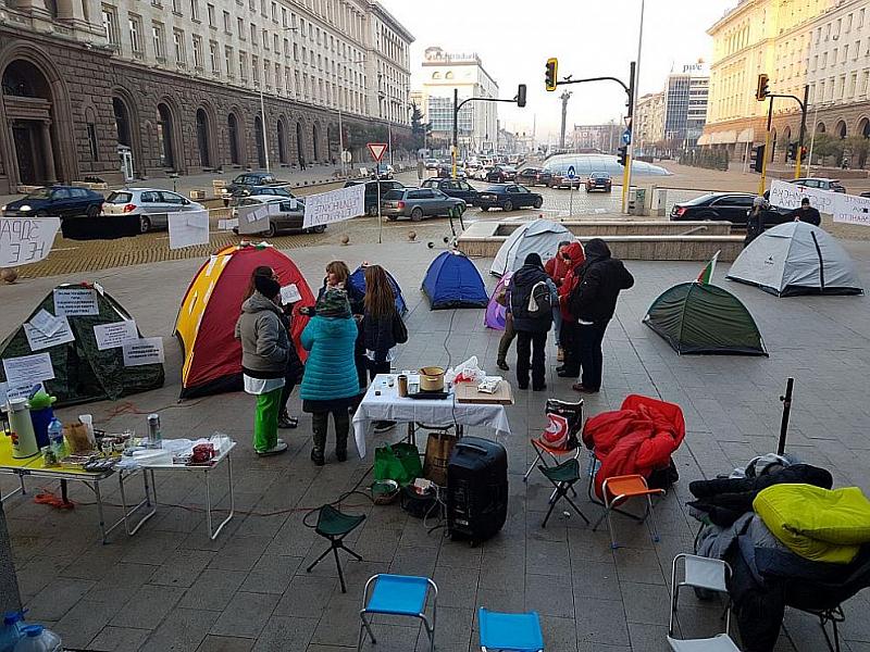 Медици нощуваха пред Министерски съвет на палатки с искане да