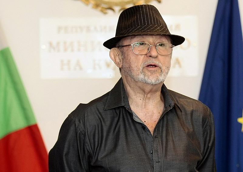 Сбогуваме се с композитора Милчо Левиев. Във фоайето на зала