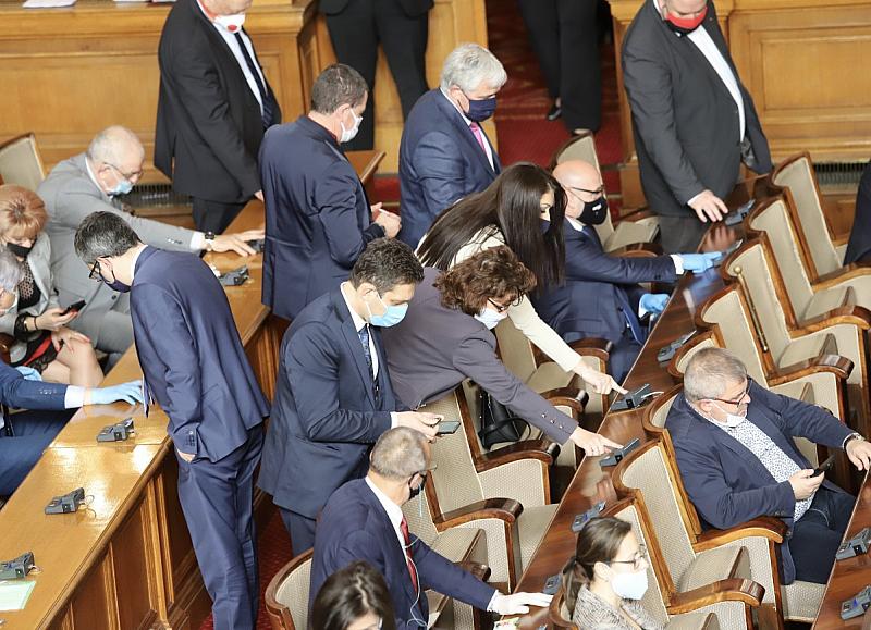 Депутатите се отказаха от заплатите си до края на извънредното