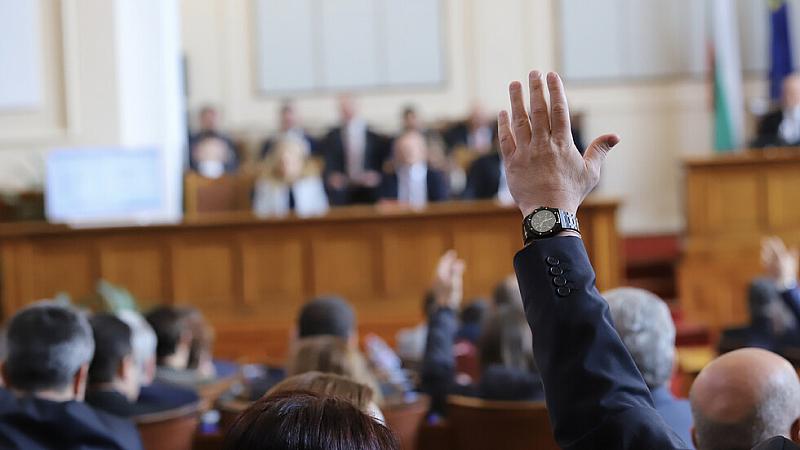 Законът за мерките при извънредното положение влиза в пленарна зала.