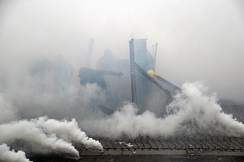 """60 са задържаните в протеста на """"жълтите жилетки"""" в Париж."""