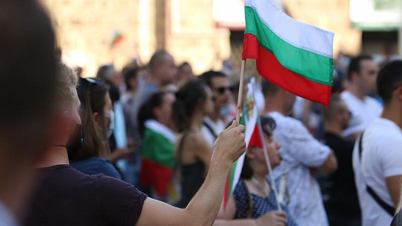 Все повече хората по улиците и площадите на много градове