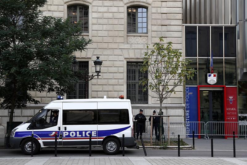 Мъж се е опитал да нападне полицаи с нож във