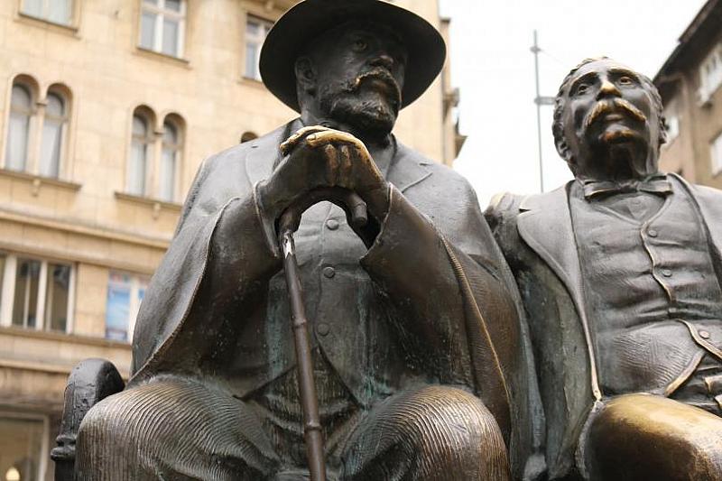 Възстановиха бастуна от статуята на баща и син Славейкови, която
