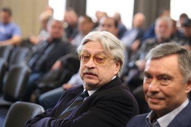 Полицаи претърсват заведението на Александър Тумпаров.Бизнесменът беше обявен за издирване