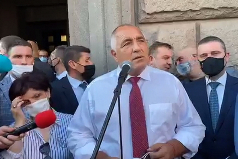 След третия си за деня брифинг премиерът Бойко Борисов слезе