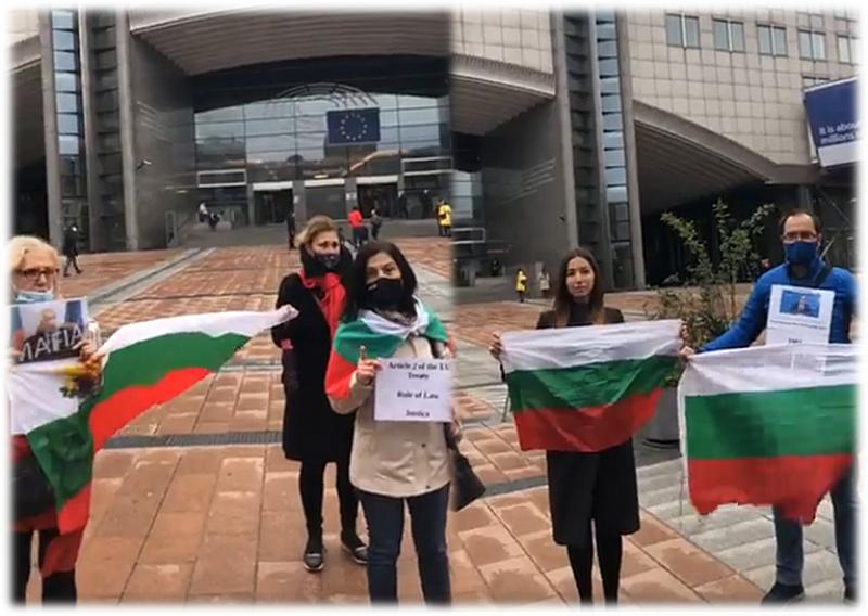 Множество българи се събират пред сградата на Европейския парламент в