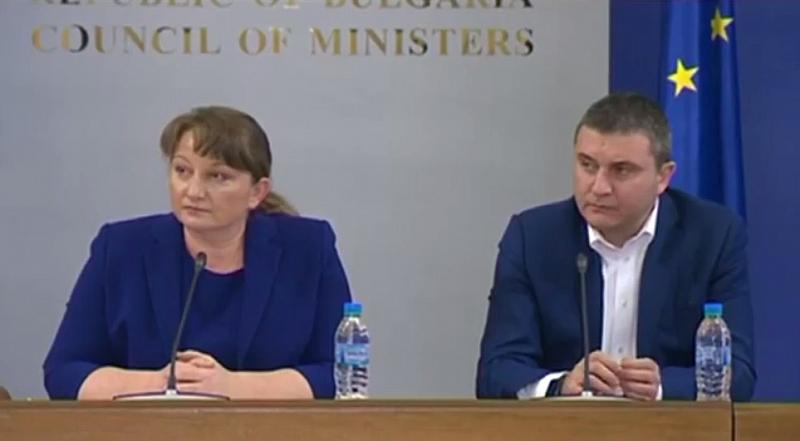 Министърът на труда и социалната политика Деница Сачева и финансовият