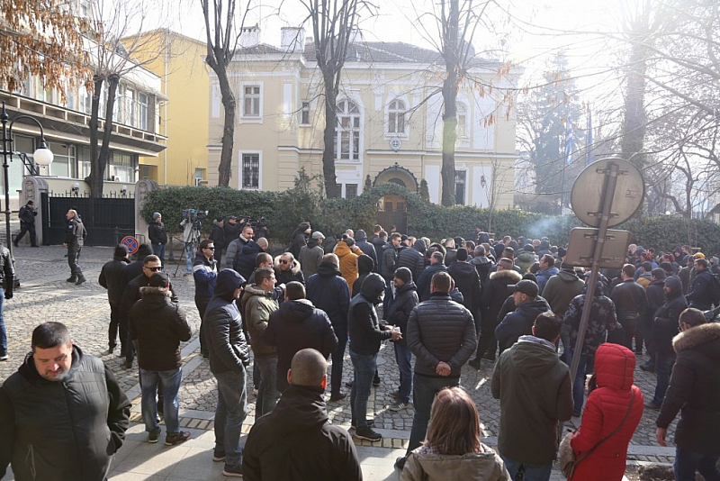 На протест пред посолството на Гърция в София се събраха