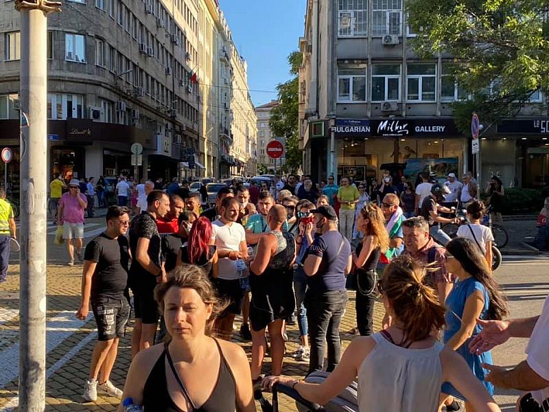 """""""Някой вкарва организирани групи в протеста пред Президентството!"""", написаха от"""