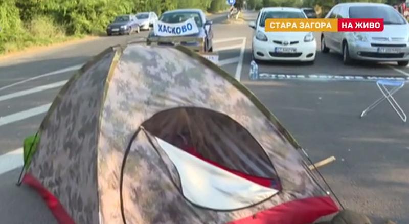 Протестът на пътя Хасково - Стара Загора продължава и днес.