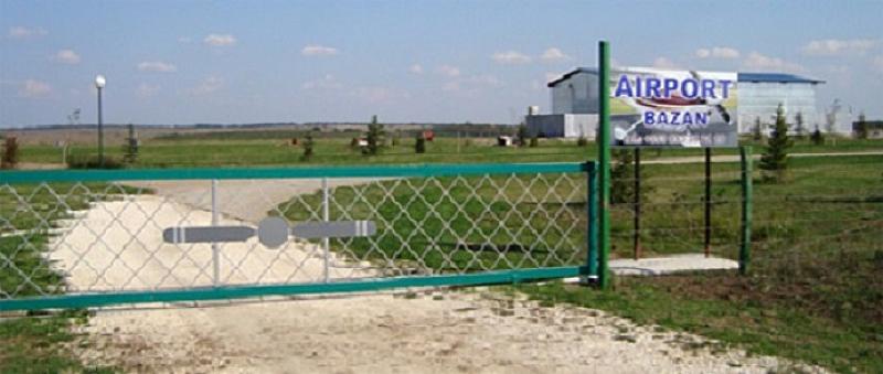 Малък самолет падна при опит за кацане на частно летище