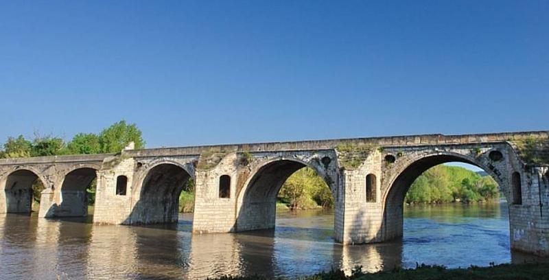 Уникалният мост на Кольо Фичето край Бяла продължава да се