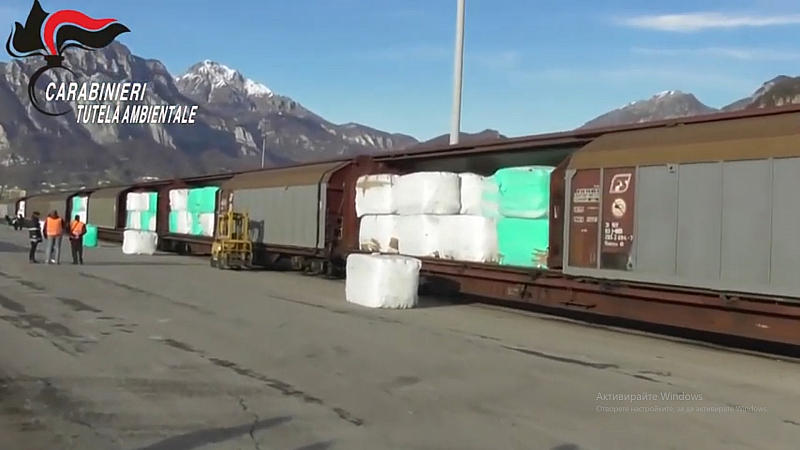 Незаконен товар от 815 тона боклуци за България спряха карабинерите