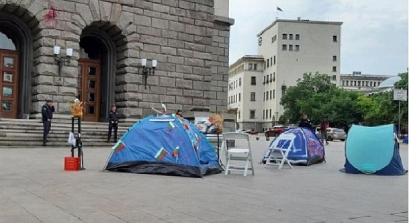 Малко преди обяд днес палатки започнаха да се сглобяват край
