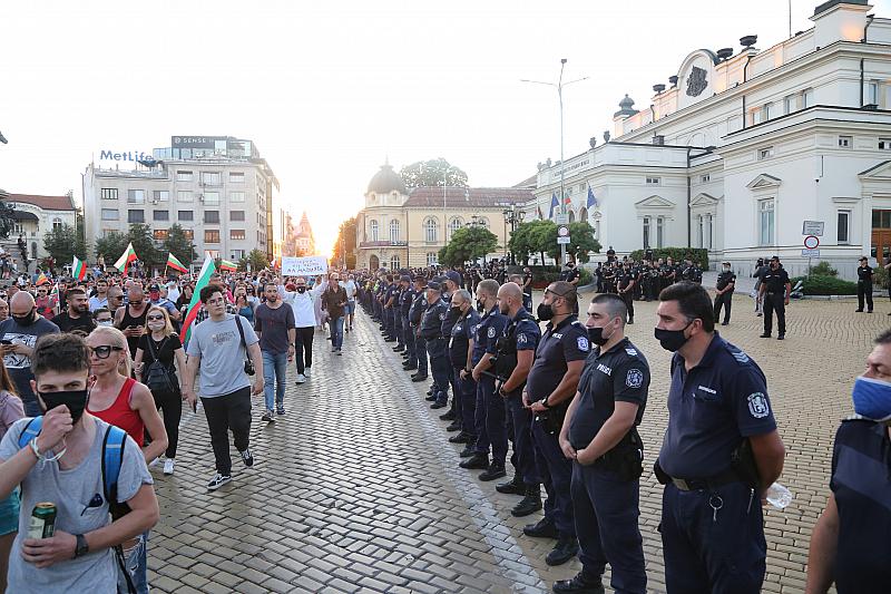 Напрегнатият ден в София днес започна със събирането на привърженици