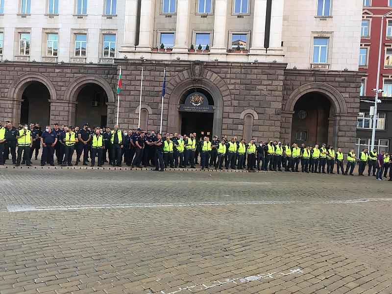 Вече няколко часа продължава протеста за оставката на правителството, който