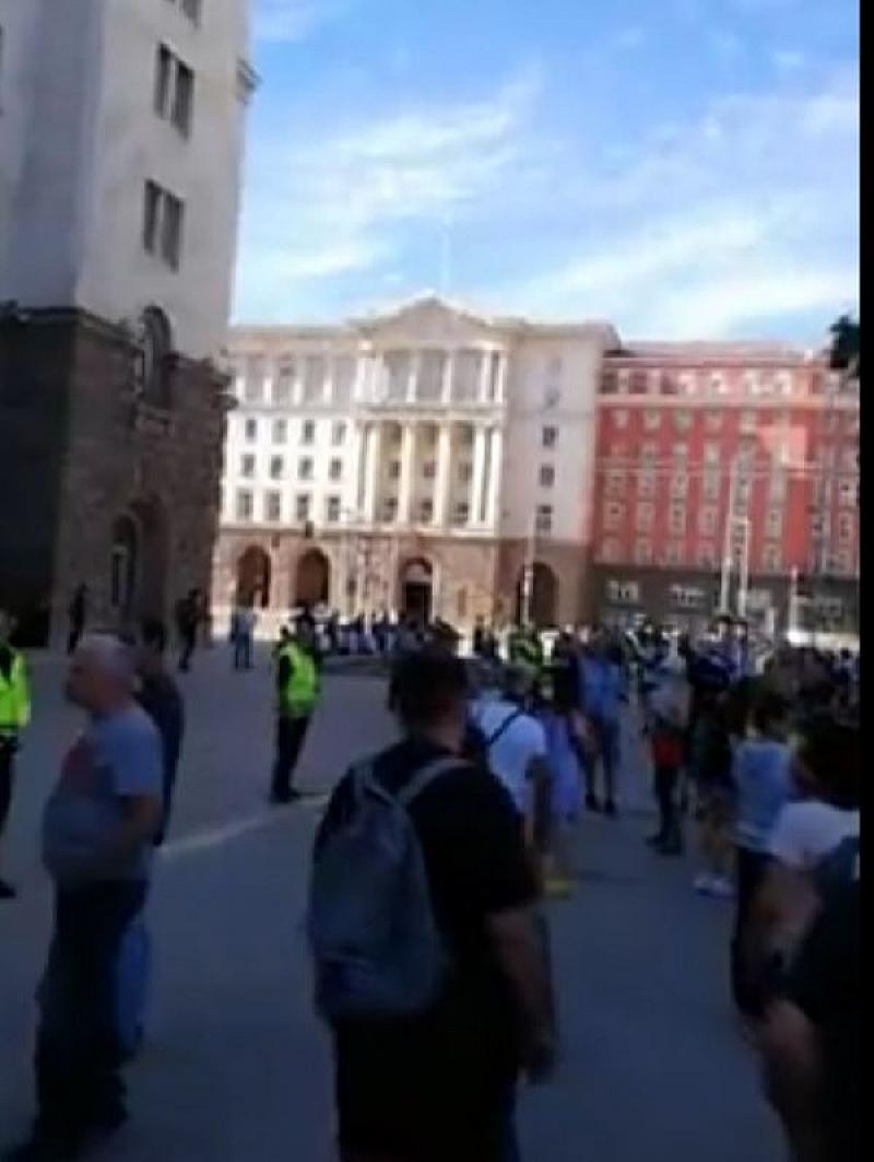 Само час след старта на протеста пред Министерския съвет, гражданите